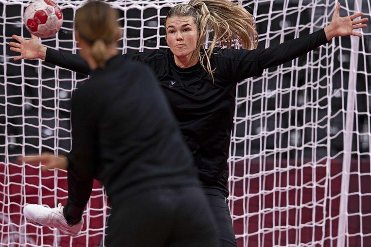 Keeper Tess Wester tijdens de training van het Nederlands handbalteam in de Yoyogi-sporthal, waar Oranje op de Olympische Spelen zondag begint met een wedstrijd tegen gastland Japan.  Beeld ANP