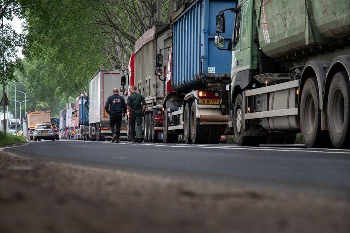 Een lange rij wachtende vrachtwagens op de Nieuwe Pieckelaan voor de ARN in Weurt.