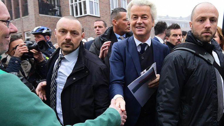 Geert Wilders tussen zijn beveiligers, afgelopen weekeinde in Spijkenisse. Beeld anp