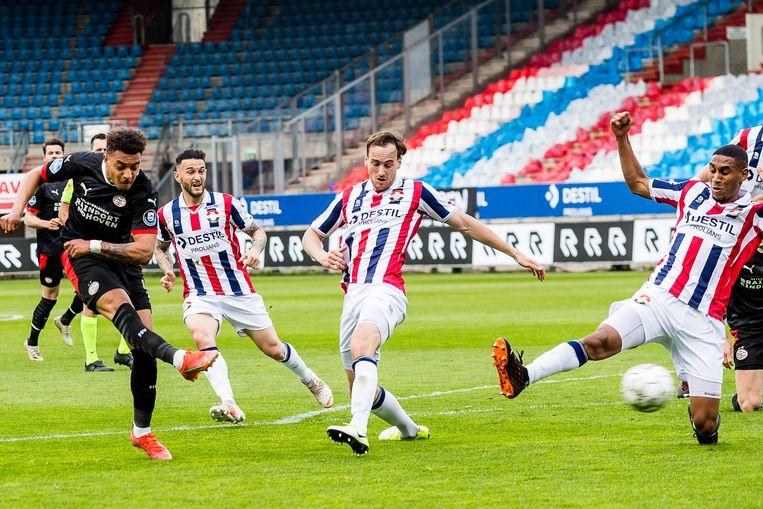 Donyell Malen scoort voor PSV de 0-1 tegen Willem II.  Beeld Pro Shots / Toin Damen