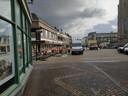 Het Simonsplein was deels opengebroken, maar is in de loop van de middag weer dichtgelegd, zodat er geen stenen liggen om mee te gooien.