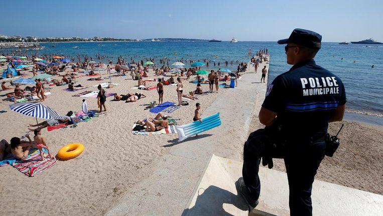 Politie op het strand in Cannes. Beeld afp