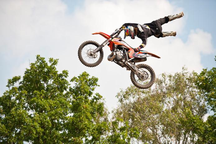 Een motorcrosser doet een spectaculaire stunt op de Zwarte Cross in 2016.