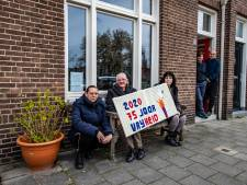 Deventer Breiers haken met bijzonder werk in op 76 jaar bevrijding: 'Dit verbindt de hele wijk'
