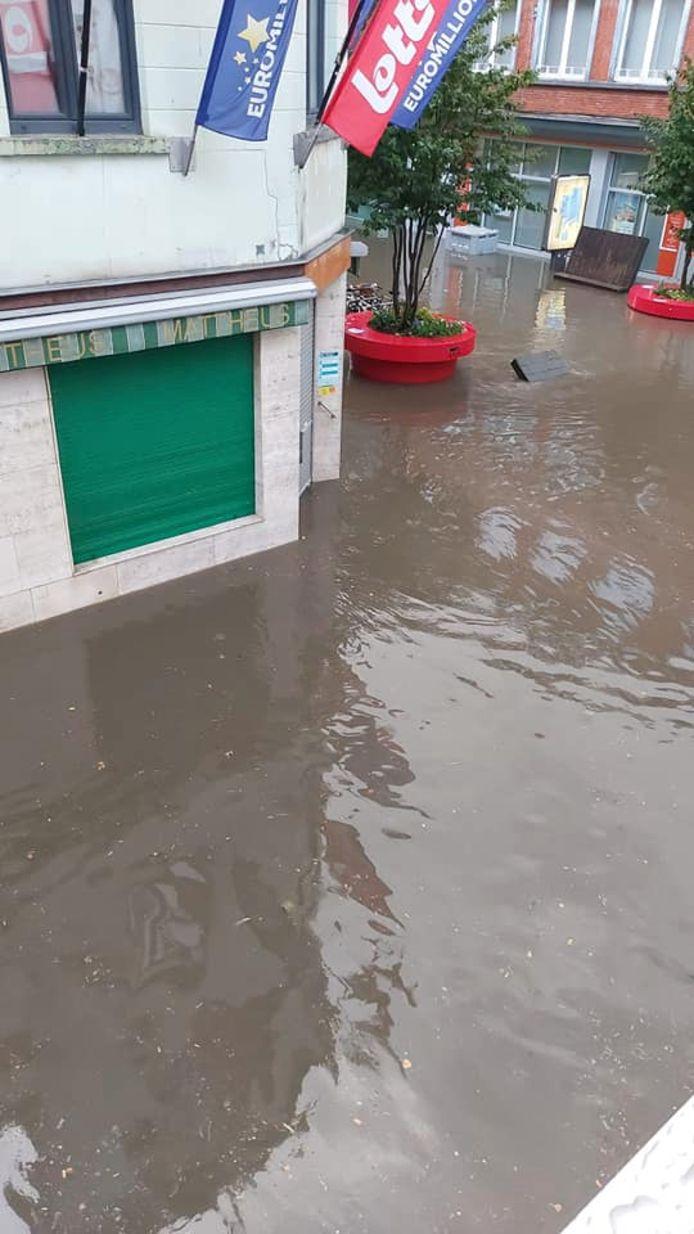 De Basiliekstraat liep donderdagavond opnieuw onder water.