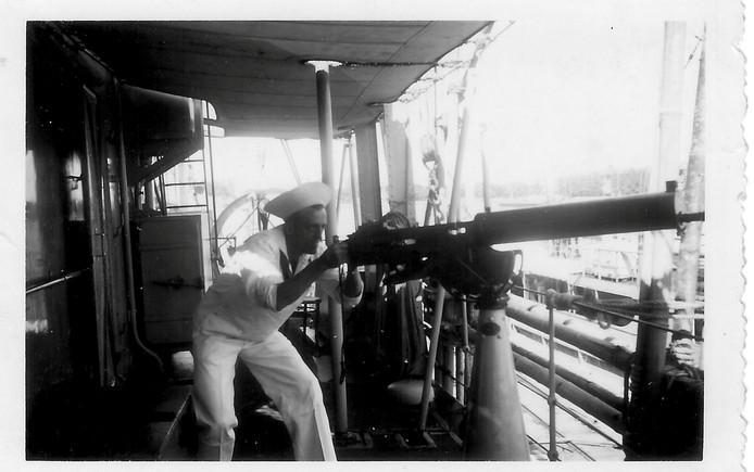 Pieter Dourlein tijdens een oefening op de mijnenjager Jan van Galen bij Soerabaja in 1939
