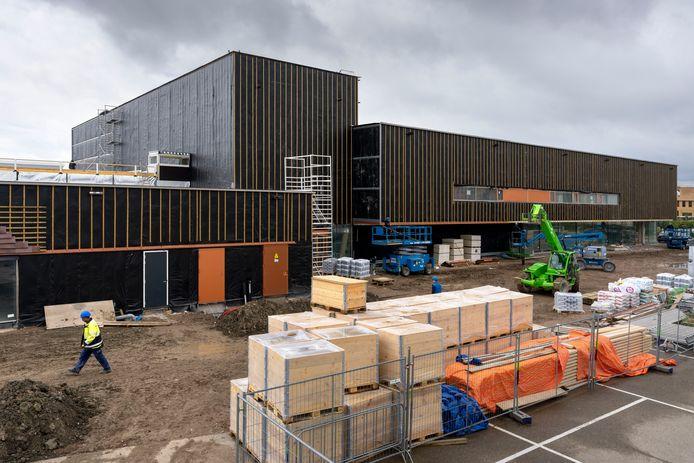 Nederland,  Zaltbommel, de bouw van de nieuwe sporrthal annex zwembad aan de Hogeweg.