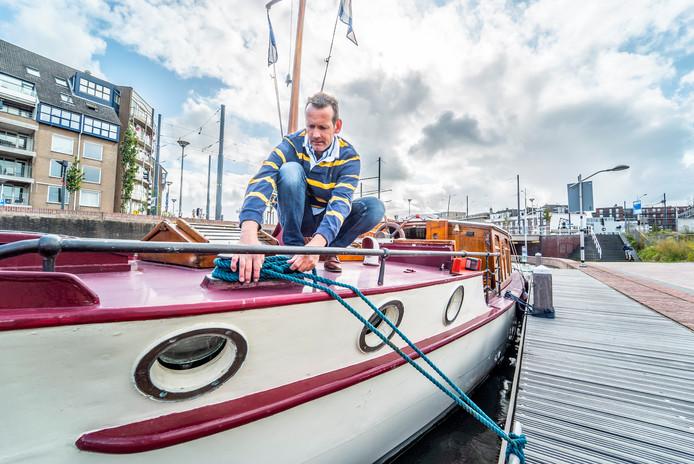 Sybolt Harkema op zijn salonboot Tromp.