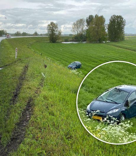 Auto raakt van dijk tussen Olst en Deventer, bestuurder naar het ziekenhuis