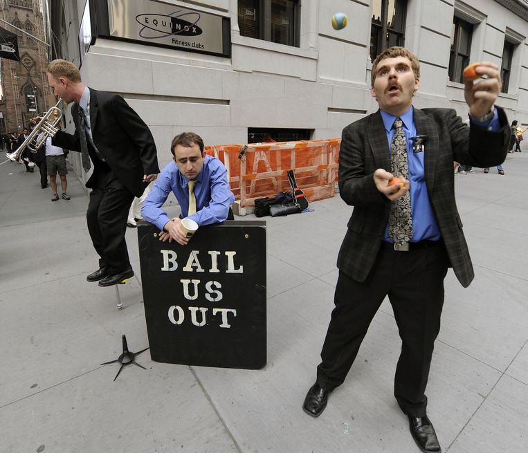 Een groep werkloos geraakte zakenmannen op Wall Street, 2008. Beeld AFP