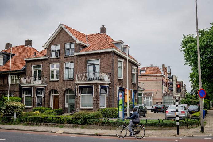 Na een verzoek om handhaving vanuit de buurt kwam de gemeente Almelo in actie tegen de illegale bewoning van deze twee huizen aan de Ootmarsumsestraat.