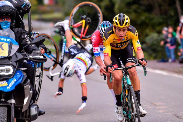 De spectaculaire foto tijdens de Ronde van Vlaanderen op 18 oktober 2020. Julian Alaphilippe wordt van zijn sokken gereden door Eddy Lissens, waarna Wout van Aert en Mathieu van der Poel met z'n tweeën naar de finish gaan.