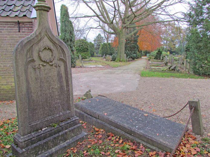 Gebroken is de liggende steen, maar nog goed leesbaar zijn de letters op het graf van Daniël Martinus Maaldrink en zijn echtgenote Hester Maria Maaldrink-Coldewey in Terwolde, niet ver van hun woonplaats Twello. Ernaast de staande steen op het graf van zijn schoonouders.
