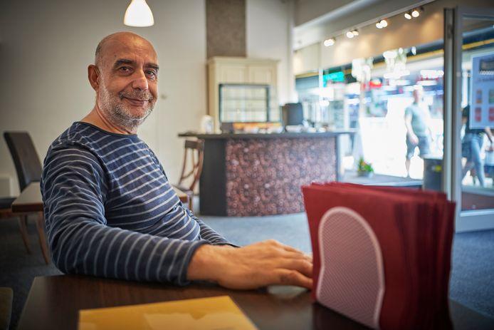 Jamal Katawazi in zijn sociaal café aan de Galerij