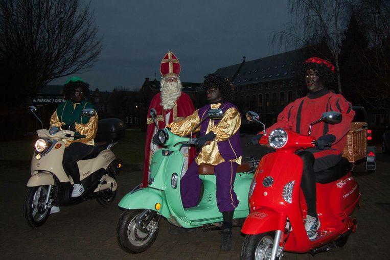Sinterklaas en zijn Zwarte Pieten gaan met hun tijd mee.