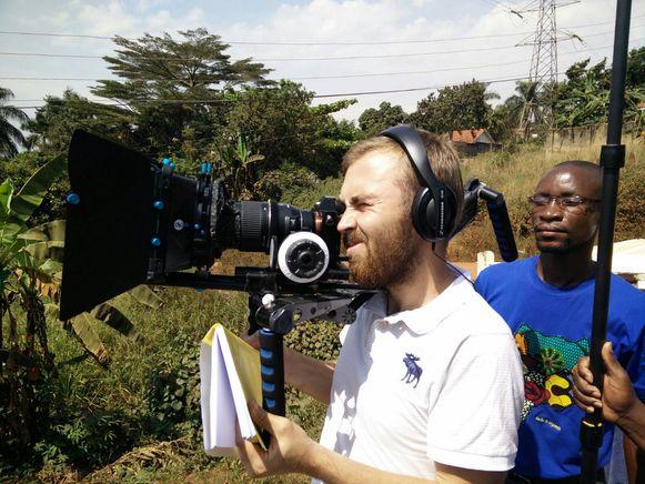 Kjell Clarysse tijdens de opnames aan het werk in Oeganda.