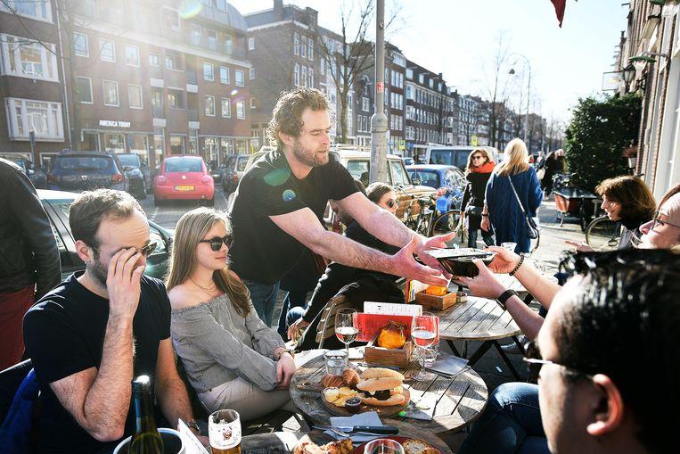 Flexpersoneel aan het werk in de Amsterdamse Jordaan.  Beeld Guus Dubbelman / de Volkskrant