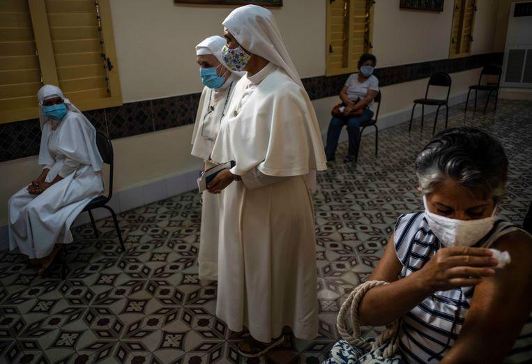 Een Cubaanse vrouw in Havana die zojuist gevaccineerd is met het Abdala-vaccin. Beeld AP
