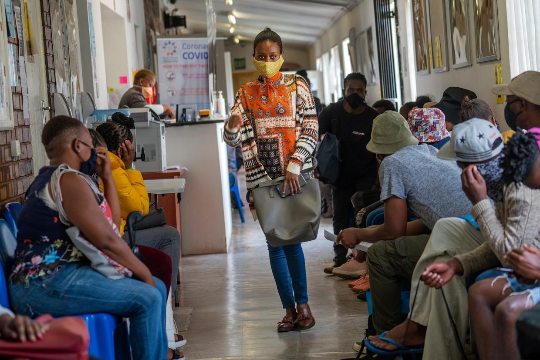 Vrijwilligers wachten om te worden gecontroleerd bij een vaccinatie-testfaciliteit in het Chris Sani Baragwanath Hospital in Soweto buiten Johannesburg, Zuid-Afrika. Beeld AP