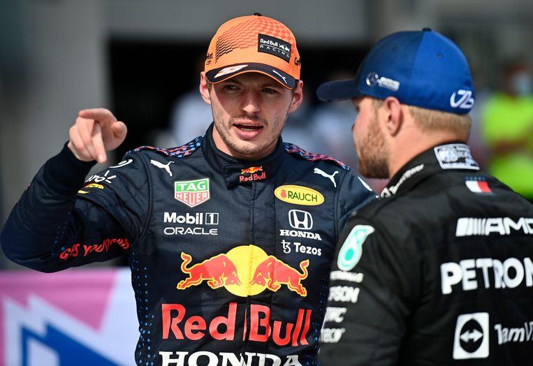 Max Verstappen in gesprek met teamgenoot Valtteri Bottas na de race. Beeld AP