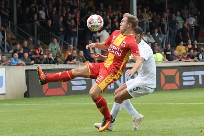 Martijn Berden (links) kwam zaterdagmiddag vlak voor tijd binnen de lijnen voor Go Ahead Eagles, in de afsluitende oefenwedstrijd tegen Konyaspor (0-0).