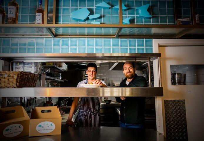 Bedrijfsleider Mark Bakker (rechts) en chefkok Mitchel de Deugd van Visrestaurant De Stroper in het centrum van Dordrecht.