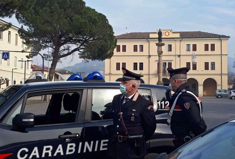 De Italiaanse Carabinieri met mondmaskers tijdens een patrouille door de verlaten straten van Vo' Euganeo, één van de noord-Italiaanse stadjes in lockdown door een uitbraak van het nieuwe coronavirus. Beeld EPA
