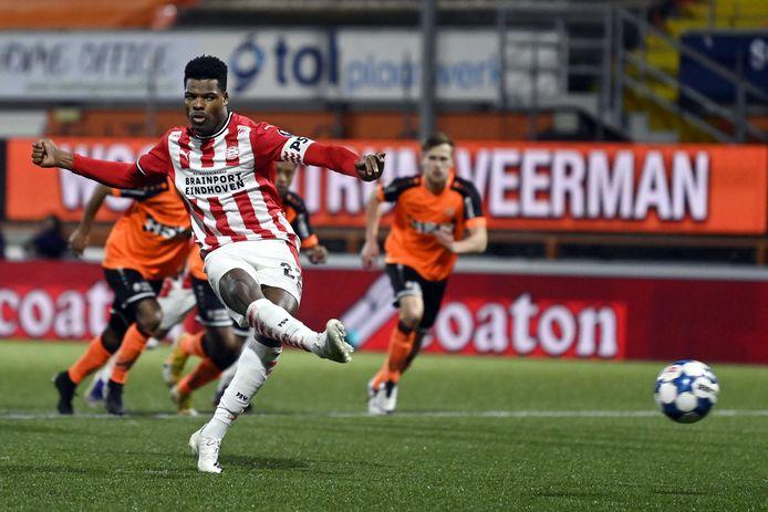 Denzel Dumfries schoot PSV vanaf de stip naar een 0-2 voorsprong tegen FC Volendam.