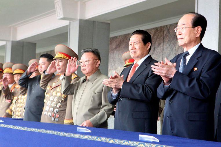 De Noord-Koreaanse ex-leider Kim Jong-il met Chinese hoogwaardigheidsbekleders, onder wie Zhou Yongkang (2e van rechts). Beeld REUTERS