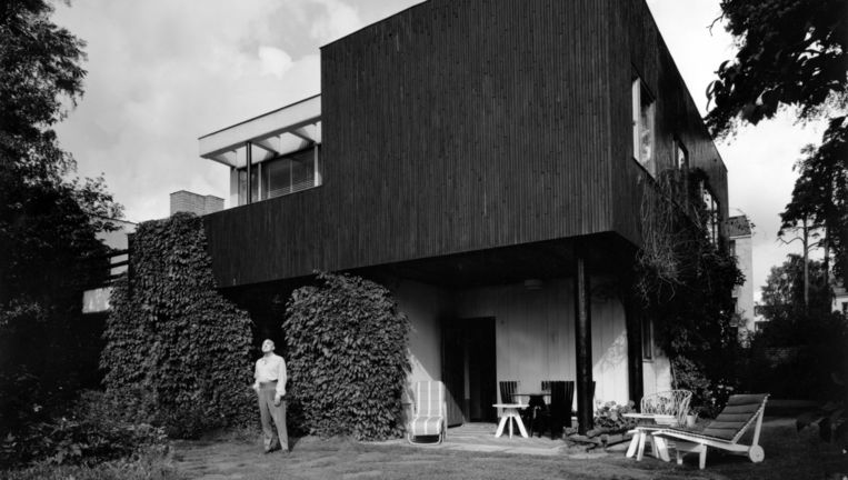Aalto in de tuin van zijn huis, eind jaren 30. Beeld Alvar Aalto Museum