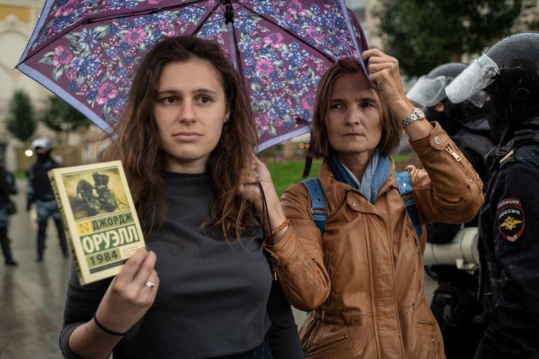 Anna met George Orwell's boek 1984. Beeld Yuri Kozyrev