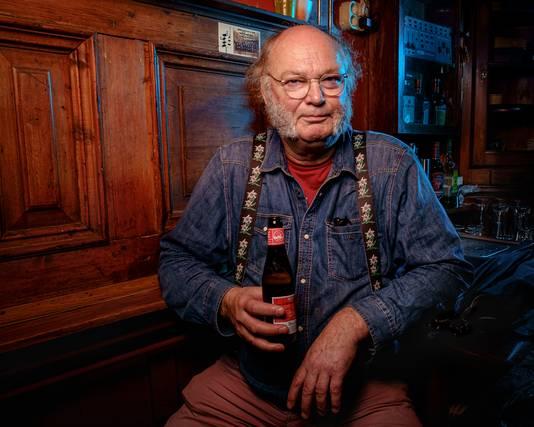 Karakterkop Harrie Verkerk poseert in café/fotostudio Weemoed.
