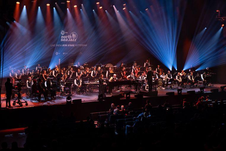 Trijntje Oosterhuis en het Metropole Orkest, onder leiding van Vince Mendoza, op RTM Stage Ahoy Rotterdam. Beeld Tess Janssen