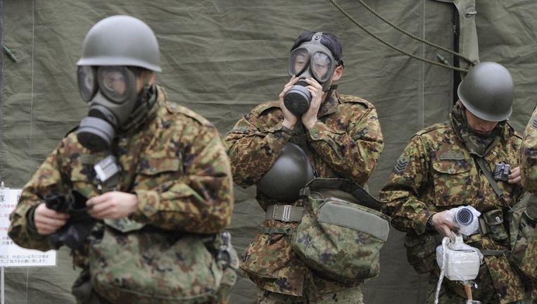 Militairen in Nihonmatsu, in de buurt van Fukushima. Beeld reuters