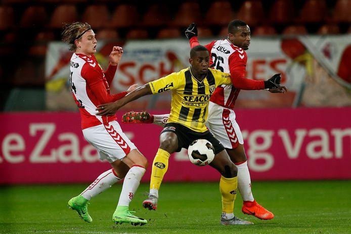 Torino Hunte (midden) in 2017 als speler van VVV in actie tegen Jong FC Utrecht.