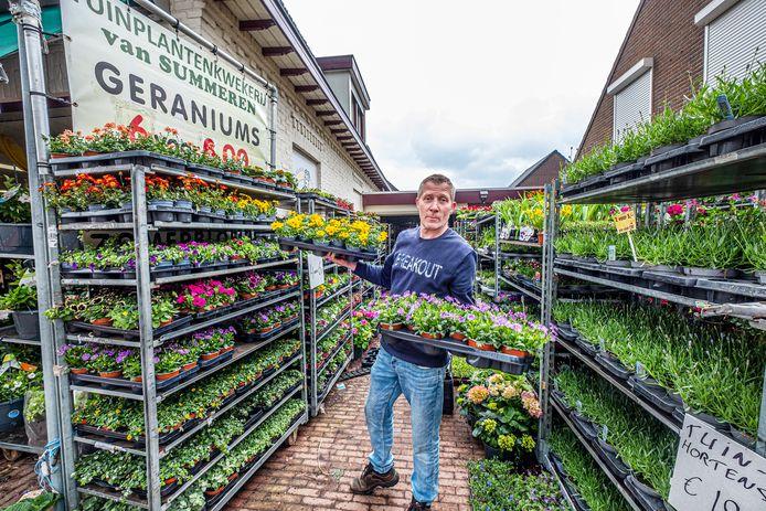 Marco van Summeren bij zijn bloemen en plantenzaak in Overasselt.
