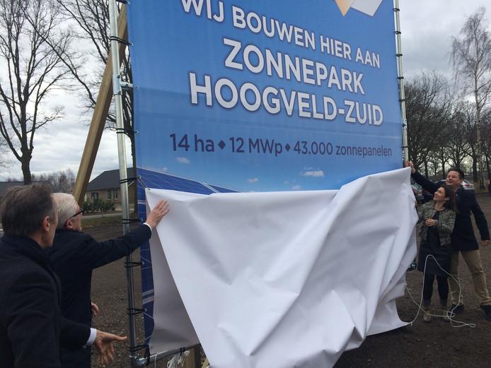 Samen met de directie van TPSolar onthullen wethouder Matthie van Merwerode (links) en gedeputeerde Anne-Marie Spierings het reclamebord voor het zonnepark in Volkel, voorlopig het grootste van Brabant.