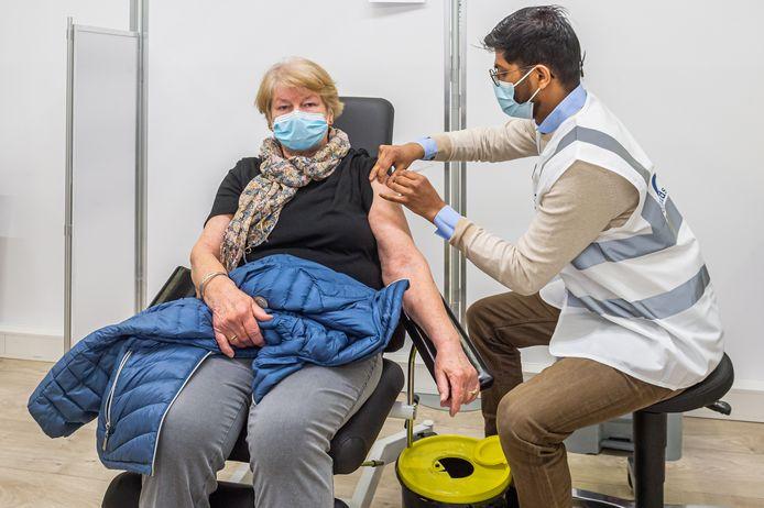 De Stolwijkse mevrouw Vermeulen is één van de eerste personen die op de nieuwe priklocatie in Bergambacht is ingeënt met het Pfizer/BioNTech-vaccin.