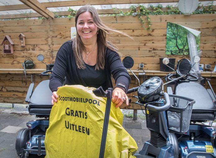 Sanne Smit, coördinator van de Scootmobiel Pool in Den Haag, geeft ook rijles op de scootmobiel.