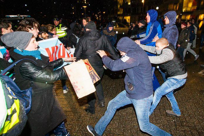 Voor- en tegenstanders van de komst van een tijdelijk opvangcentrum voor asielzoekers in Utrecht-Overvecht staan tegenover elkaar voor de deur van het Stefanus Theater, waar een informatiebijeenkomst plaatsvond.