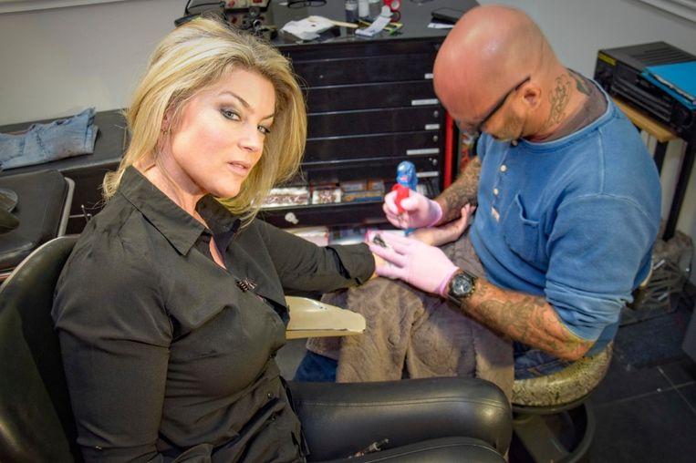 Joyce De Troch, bij Tattoo Mike.