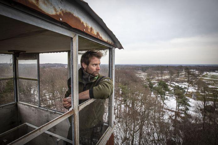 Vanuit de uitkijktoren in het Springendal werpt boswachter Jeroen Buunen een laatste blik op dit deel van zijn (binnenkort) oude werkgebied.