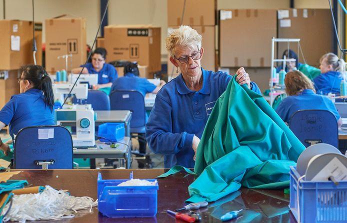 Bij IBN Veghel maken ze medische schorten (foto), mondkapjes en hulppakketten voor daklozen.