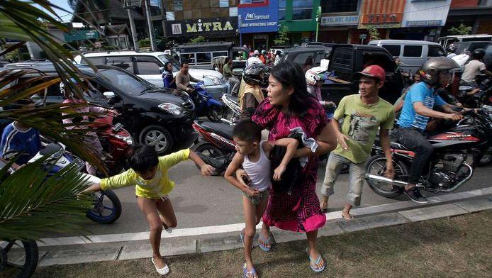 Inwoners van de stad Banda Atjeh tijdens de aardbeving.