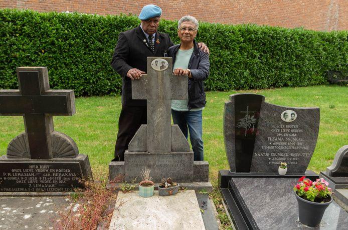 Leo Reawaruw en Rudy de Queljoe van Maluku4Maluku bij het graf van veteraan bapa Lucas Latuihamallo.