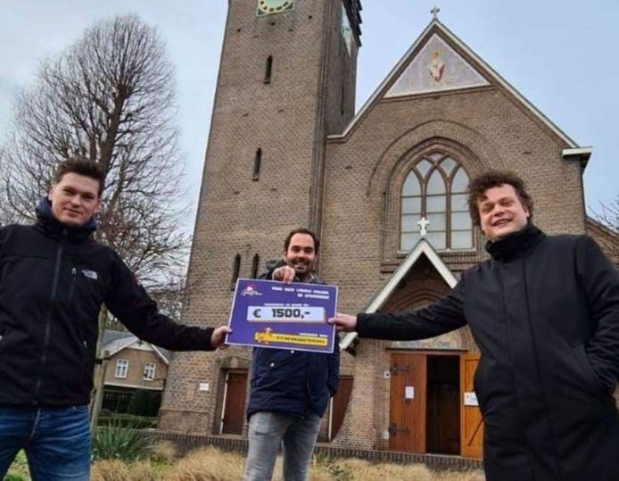 Enkele leden van C.V. De Kroegtijgers overhandigen een cheque van 1.500 euro voor de actie.