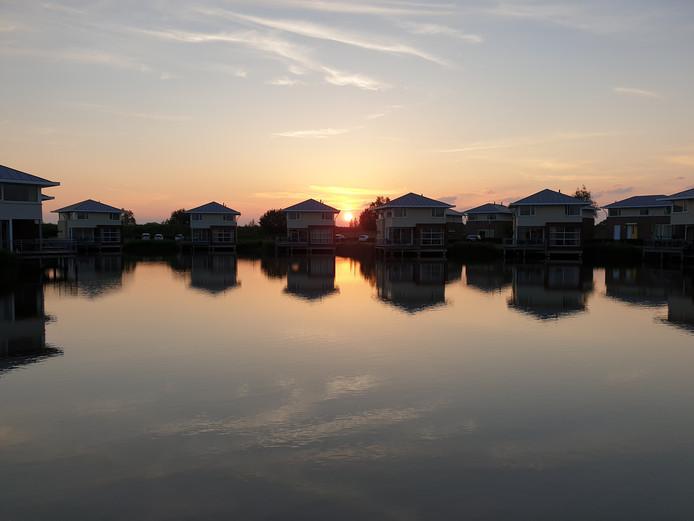 in Friesland kun je goed op vakantie gaan. In dit vakantiepark kun je aan het water genieten van een prachtige zonsondergang.