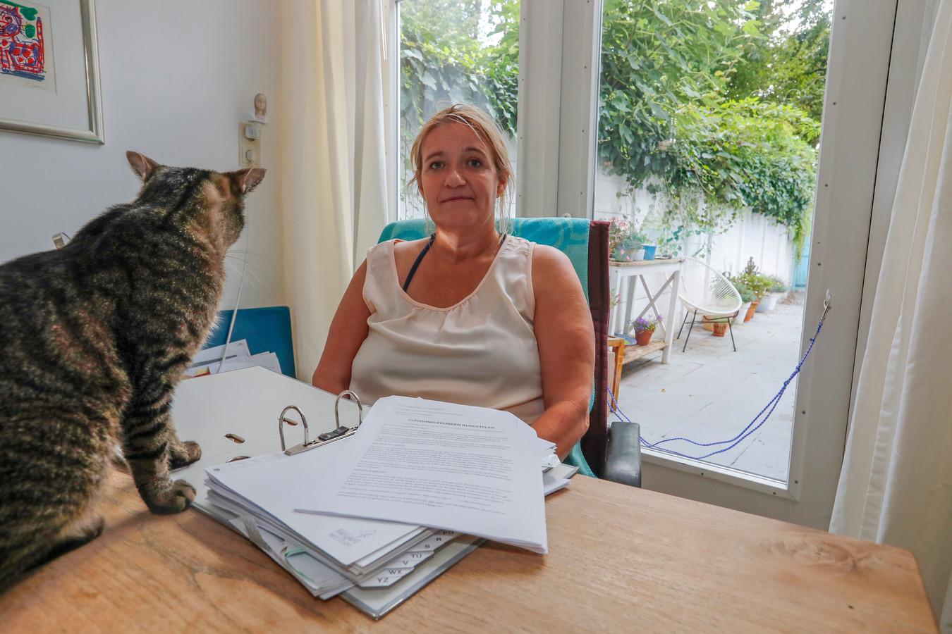 Juliëtte Perrée toont het dossier dat nodig is om een persoonsgebonden budget te verlengen.