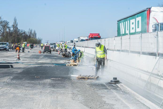 De werken aan het E17-viaduct, terwijl vlakbij het verkeer voorbij raast