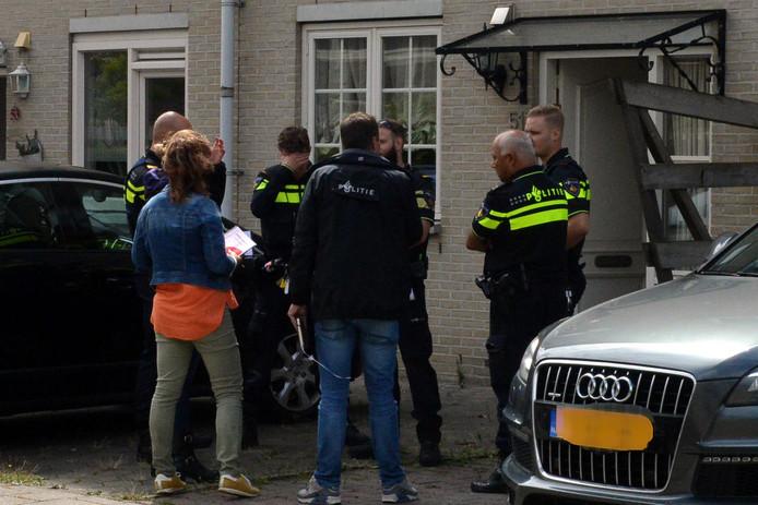 De politie doet onderzoek naar wat er in het huis aan de Trezoriersdreef in Den Haag gebeurde .